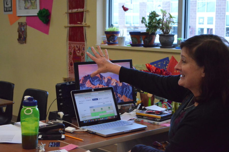 Spanish teacher Margaret Motz develops her students foreign language skills during 7th period Dec. 5. Motz has been trying different techniques for her students to try for the past three months after undergoing the three month long National Geographic journey.